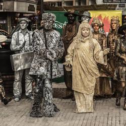 Las estatuas vivientes también celebran el aniversario de la ciudad